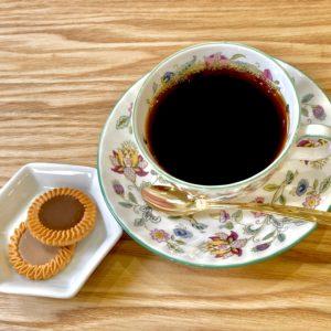 コーヒーとおかしが並んだ画像