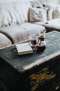 リビングのテーブルにコーヒーセットがおかれている画像