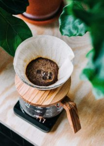 コーヒーをドリップしている画像
