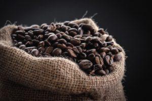 麻袋に入っている珈琲豆の画像