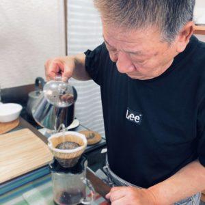 コーヒーをドリップしている店主の画像